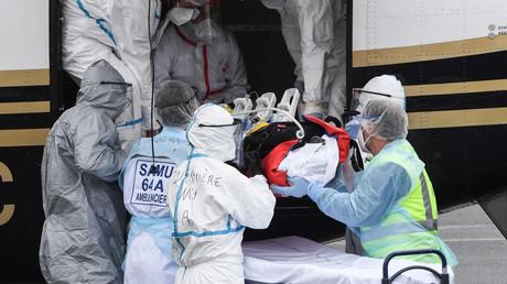 Des membres du Samu transfèrent un patient atteint vers un service de réanimation de l'hôpital de Bayonne le 19 mars 2021 à Biarritz.
