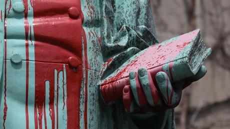 La statue défigurée d'Egerton Ryerson recouverte de peinture rouge à l'Université Ryerson de Toronto, au Canada, le 3 juin 2021 (image d'illustration)