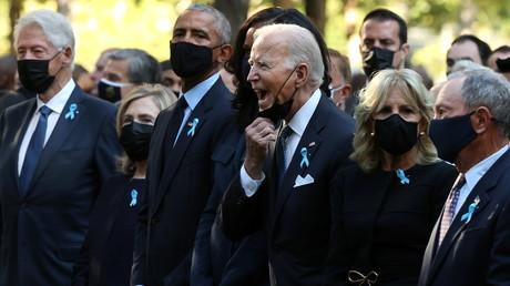 Bill et Hillary Clinton, Barack et Michelle Obama, Joe et Jil Biden et l'ancien maire de New York Michael Bloomberg lors de la cérémonie de commémoration des attents du 11 septembre à 2001, à New York, le 11 septembre 2021.
