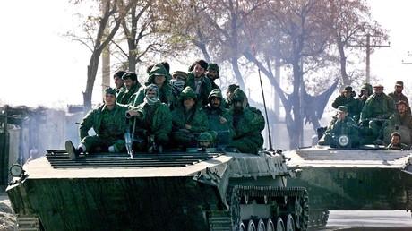 Des soldats de l'Alliance du Nord commandée par Ahmed Massoud lors d'une patrouille près de l'aéroport de Kaboul le 2 décembre 2001, près de trois semaines après la prise de la capitale afghane (image d'illustration).