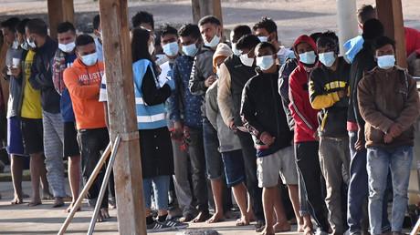 Des migrants débarquant sur l'île de Lampedusa (Italie), le 17 mai 2021 (image d'illustration).