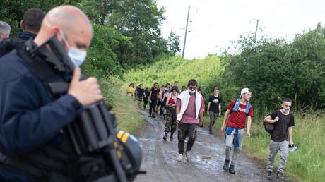 Des policiers évacuent des fêtards après une rave party illégale dans un champ à Redon, le 19 juin 2021 (illustration).