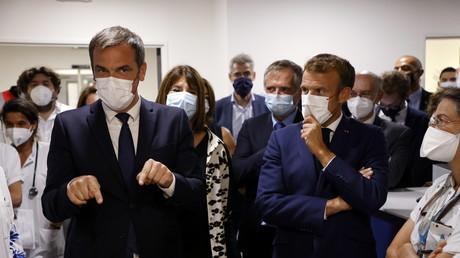 Olivier Véran et Emmanuel Macron en visite à l'hôpital de La Timone à Marseille le 2 septembre 2021 (Image d'illustration).