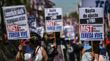 Les gens manifestent contre le chômage et la crise économique sur l'avenue 9 de Julio, à Buenos Aires, le 16 septembre 2021.