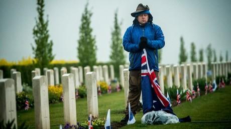 Un homme honore la mémoire de soldats australiens tués pendant la Première guerre mondiale lors d'une cérémonie à Villers-Bretonneux (Somme) en 2015 (image d'illustration).