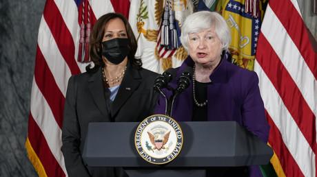 Flanquée de la vice-présidente Kamala Harris, (masque), la secrétaire au Trésor Janet Yellen prend la parole, lors d'un événement au département du Trésor à Washington, le mercredi 15 septembre 2021 (illustration).