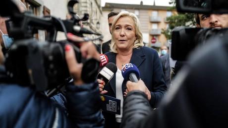 La candidate du Rassemblement national (RN), Marine Le Pen, répond aux questions des journalistes lors d'une visite de campagne à La Tour-du-Pin (Isère), le 21 septembre 2021 (image d'illustration).