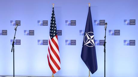 Les drapeaux des Etats-Unis et de l'OTAN à Bruxelles, le 14 avril 2021.