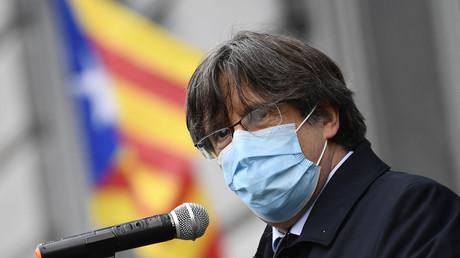 Carles Puigdemont s'adresse à ses partisans en mars 2021 à l'extérieur du Parlement européen à Bruxelles.