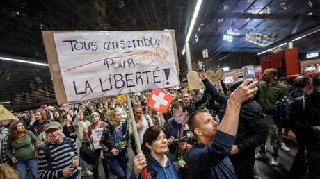 Dans le cortège de manifestants le 23 septembre à Berne, les panneaux faisaient principalement allusion à la notion de liberté en butte aux mesures restrictives du pass sanitaire.
