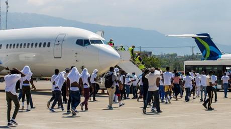 Des migrants haïtiens arrivant à l'aéroport Toussaint Louverture de Port-au-Prince le 21 septembre 2021, après avoir été expulsés par les autorités des Etats-Unis.