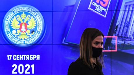 Une femme se tient devant des écrans d'informations sur les élections législatives, à la Commission électorale centrale russe à Moscou, en Russie le 17 septembre 2021 (image d'illustration)