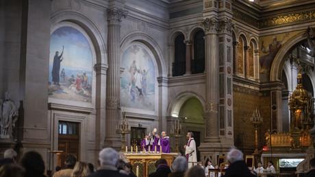 Une messe célébrée en mars 2020 à l'église Saint-François-Xavier à Paris, en France (image d'illustration).