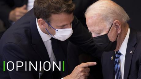 Emmanuel Macron s'entretient avec Joe Biden lors d'un sommet de l'OTAN en juin 2021 (illustration).