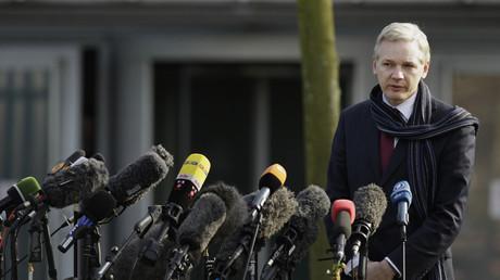 Le fondateur de WikiLeaks Julian Assange s'adresse aux médias après son audience d'extradition à Belmarsh Magistrates Court à Londres, le 24 février 2011.