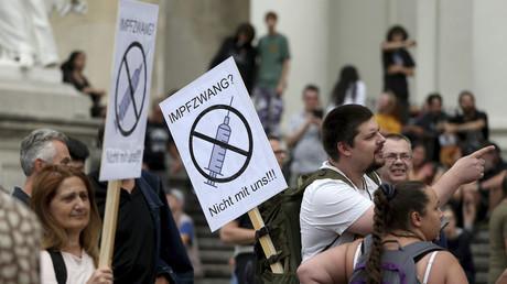 Une pancarte brandie durant les manifestations à Vienne contre les mesures anti-Covid mises en place par le gouvernement autrichien le 29 aout 2020. Le slogan lit «vaccination obligatoire, pas avec nous.»