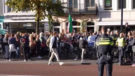 Des manifestants se rassemblement devant le restaurant Waka Waka à Utrecht (Pays-Bas), le 28 septembre.