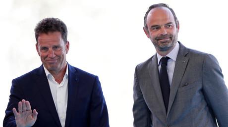 Le Premier ministre français Edouard Philippe en compagnie de Geoffroy Roux de Bezieux, président du Medef à l'université d'été du syndicat patronal sur le campus d'HEC à Jouy-en-Josas, près de Paris, le 28 août 2018 (illustration).