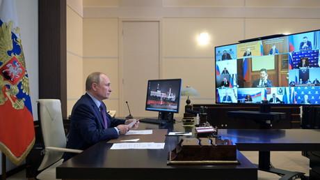 Le président russe Vladimir Poutine tient une réunion par vidéoconférence sur le développement de l'industrie énergétique russe à la résidence d'Etat de Novo-Ogaryovo près de Moscou, le 6 octobre 2021.