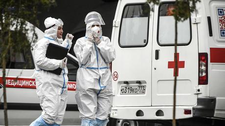 Deux membres du personnel médical passent devant les ambulances d'un hôpital à Kommunarka, près de Moscou, le 5 octobre 2021 (image d'illustration).