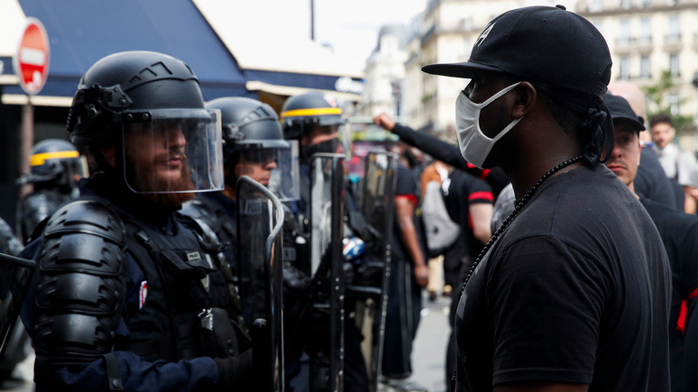 Le Parisien: «задержан за цвет кожи» — полицейских вынудили отпустить на свободу пойманного с поличным наркокурьера