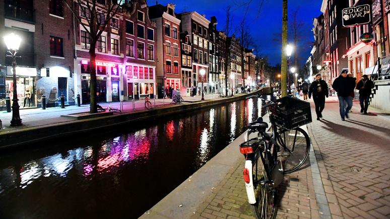 Guardian: секс без поцелуев — красные фонари в Амстердаме «зажгут» по-новому