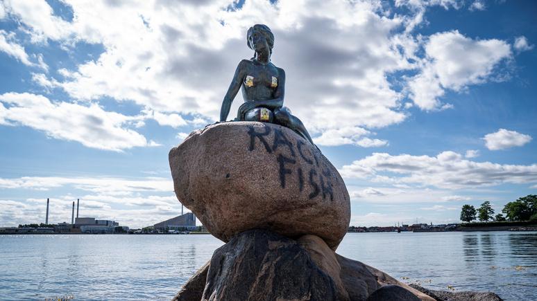 Guardian: «расистская рыба» — памятник Русалочке в Дании стал жертвой вандалов