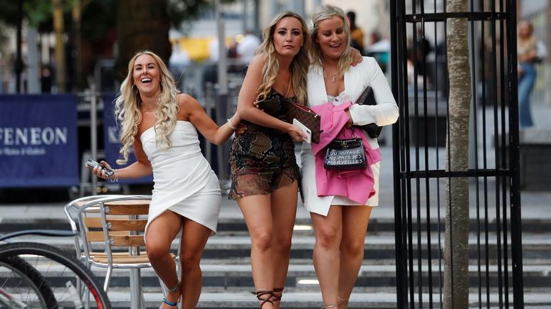 Daily Mail: с открытием пабов британские любители разгульной жизни забыли о социальном дистанцировании