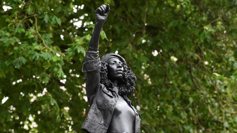 Sky News: мэрия Бристоля не оставит статую антирасистской активистки на месте скульптуры работорговца
