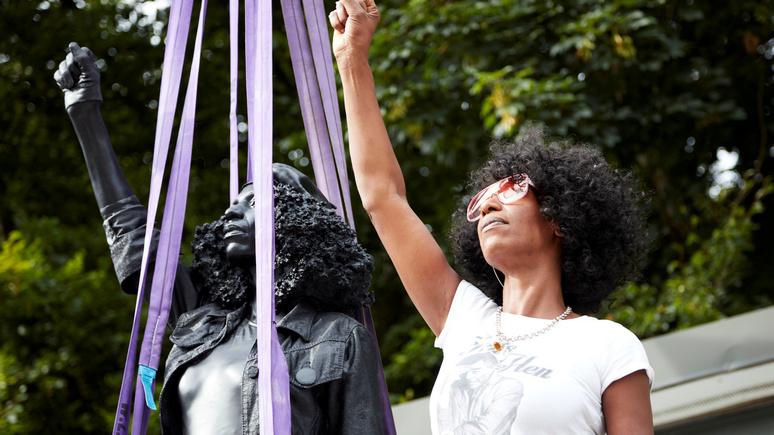 Guardian: скульптура активистки BLM, сменившая памятник работорговцу в Бристоле, простояла всего сутки