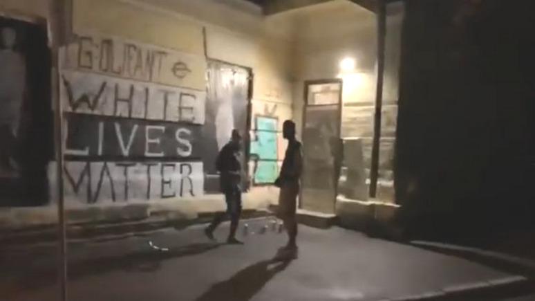 СТРАНА: ультраправые отчитали Кличко за то, что помешал рисовать расистские граффити