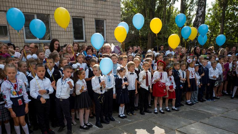 Корреспондент: школьников Киева обяжут начинать день с гимна Украины