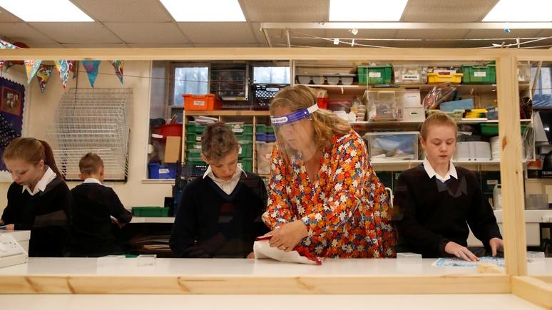 Guardian: десятки школ по всей Англии сообщают о вспышках коронавируса