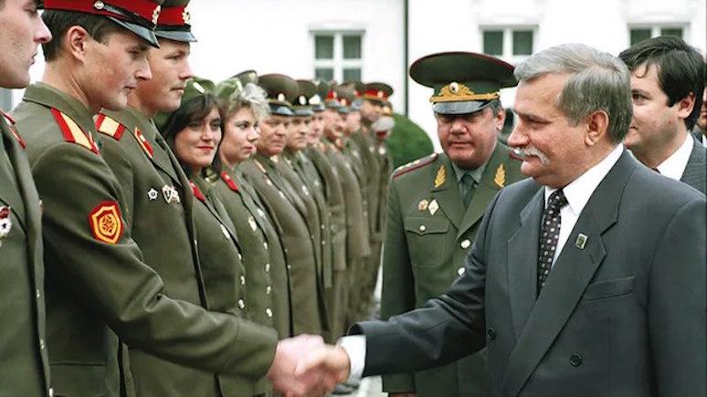 wPolityce: в трагическую для Польши годовщину Валенса выложил фото с советскими солдатами