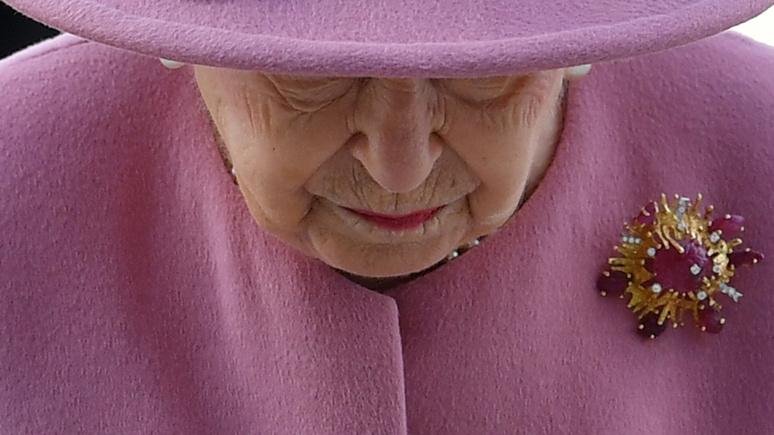 Sky News: Елизавета II впервые с начала пандемии появилась на публике вне своей резиденции, посетив лабораторию «Портон-Даун»
