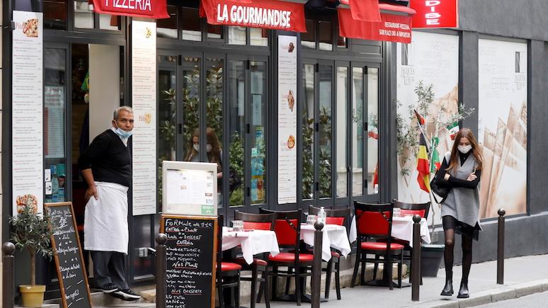 Массово покидают город и опустошают полки магазинов — Times о том, как парижане встретили карантин