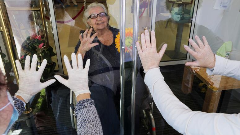 Le Figaro: «пусть едят на кухне» — французский чиновник возмутил соцсети предложением изолировать «бабушек и дедушек» на Рождество