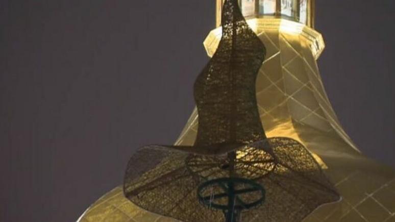 «Спасибо, что не кастрюля»: главную новогоднюю ёлку на Украине украсили шляпой вместо звезды