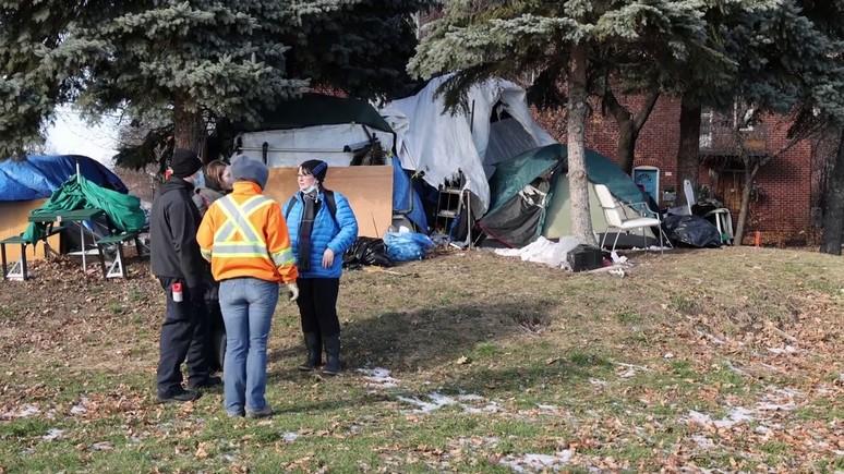 Radio-Canada: власти Монреаля «эвакуируют» палаточный лагерь бездомных — последней каплей стал пожар