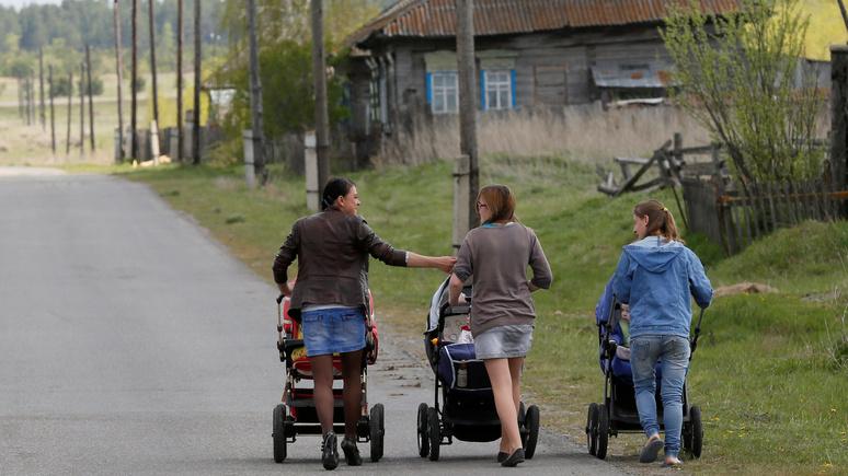 Обозреватель Bloomberg: демографические проблемы России следует решать не выплатами, а поддержкой женщин
