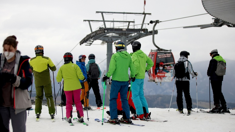 Focus: никакой дистанции — катастрофические кадры с горнолыжных курортов Австрии вынуждают вмешаться полицию