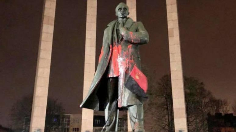 24 канал: неизвестные облили краской памятник Степану Бандере во Львове
