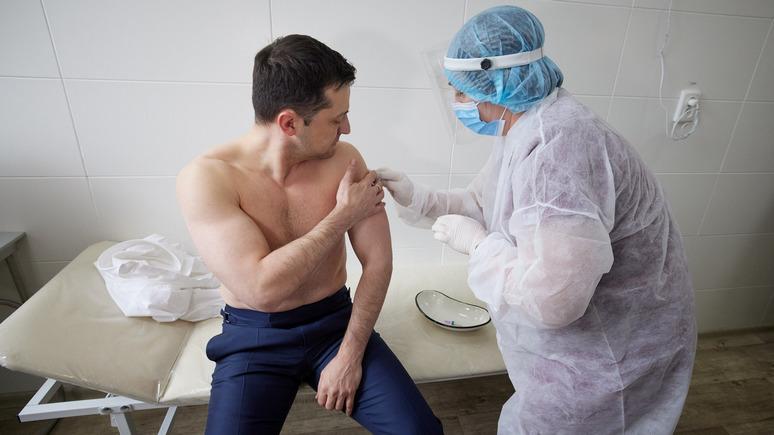 С голым торсом, словно Путин: «СТРАНА» выясняла, зачем Зеленский разделся на вакцинации