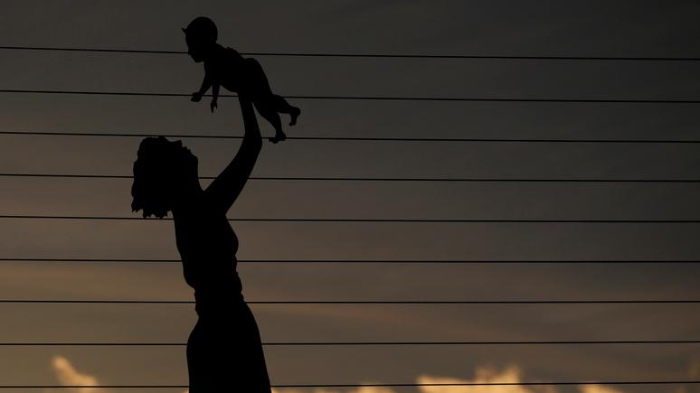 Le Figaro: «расплата за уничтожение семейной политики» — демограф объяснил исторический спад рождаемости во Франции