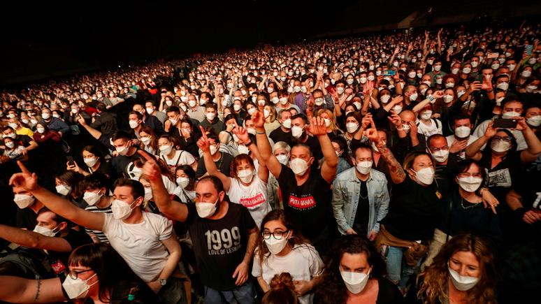 Le Monde: «клинический эксперимент» — рок-концерт в Барселоне посетило 5 тысяч зрителей