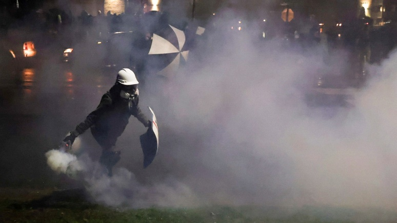 Insider: полиция охваченного протестами Бруклин-Сентер отказалась от слезоточивого газа, но тут же передумала