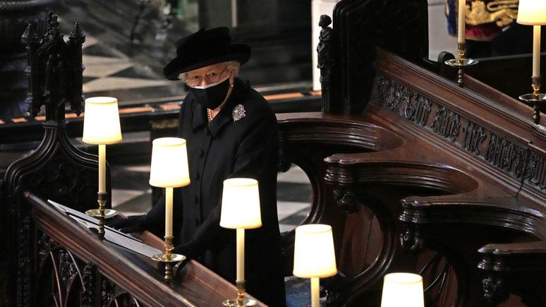 Times: социальная дистанция заставила Елизавету II в одиночестве переживать смерть супруга