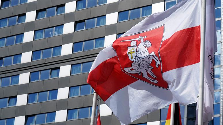 DELFI: мэр Риги отказался снимать оппозиционный белорусский флаг