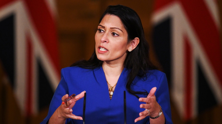 Daily Mail: глава МВД Британии обвинила соцсети в стремительном притоке мигрантов в страну