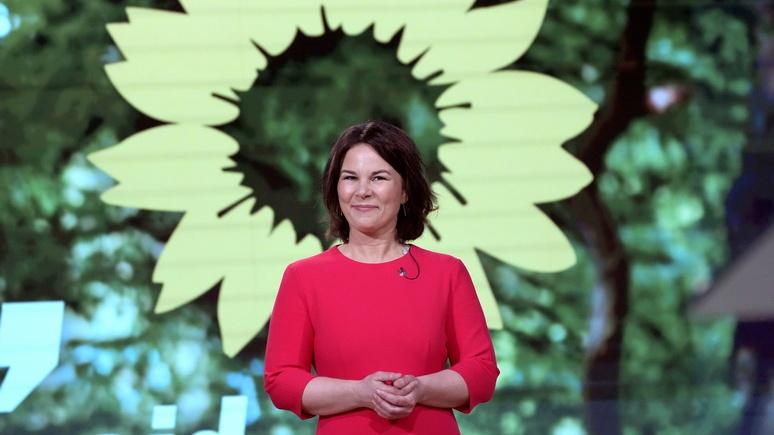 Welt: оговорка по Бербок — кандидат зелёных в канцлеры предостерегла о «либеральных врагах» в стране и за рубежом